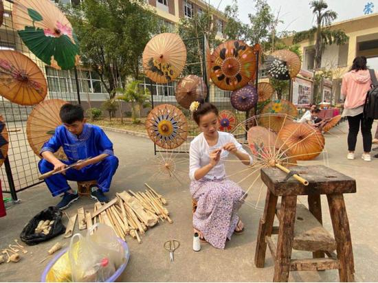 学生制作傣族油纸伞