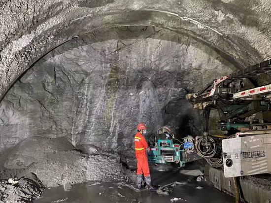 多功能隧道钻机作业