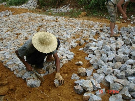 2007年7月工人铺筑弹石路