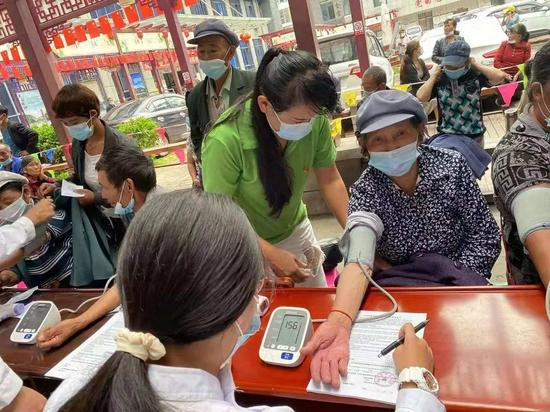 凤庆县凤山镇:党员义务接送老人接种疫苗