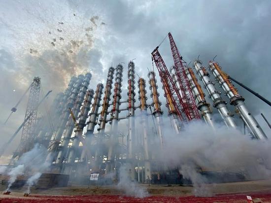 云南通威高纯晶硅绿色能源项目核心装置精馏塔吊装完成