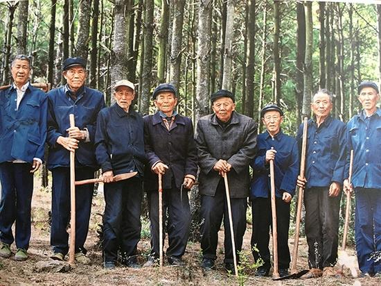 图三 从左至右分别是:王小苗、王开和、王家寿、王云方、王家云、王长取、王家德、王德映。陆良县委宣传部供图