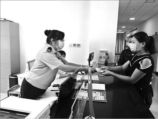"""缅籍人员在瑞丽市外籍人员服务管理中心办理""""胞波卡""""通讯员 杨萍 摄"""