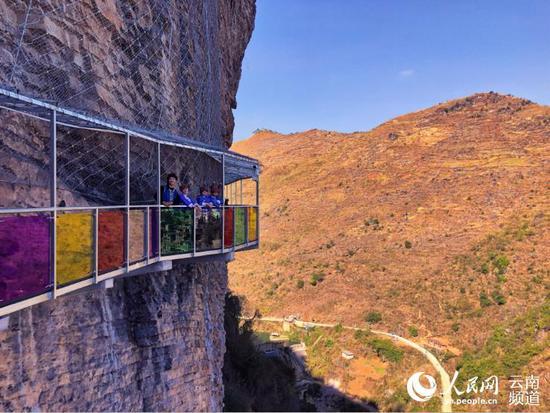 全国最长七彩9D玻璃栈道和玻璃滑道亮相云南广南
