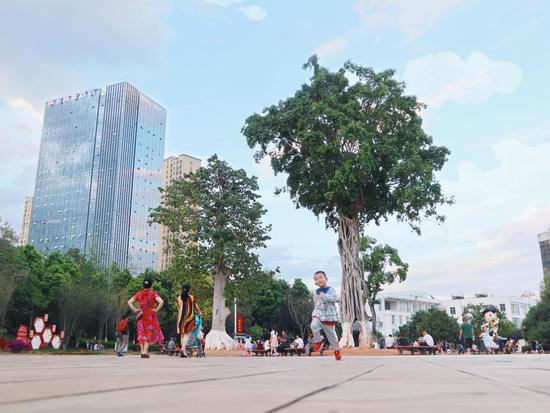 特殊的地理位置让人民广场尤为热闹