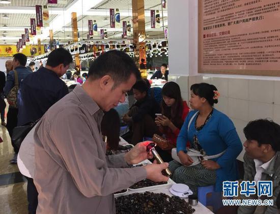 腾冲琥珀交易市场 新华网 邵维岑 摄