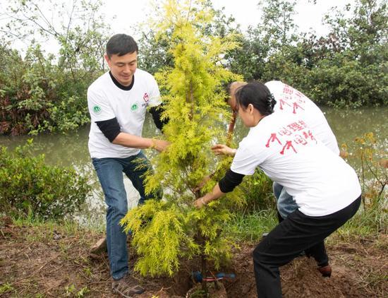 理想科技集团广州全国运营中心植树现场