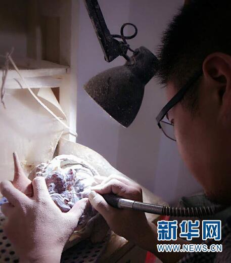 腾冲境内加工琥珀现场 新华网 邵维岑 摄