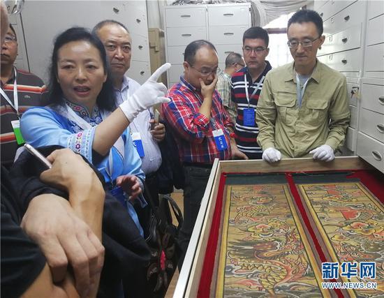嘉宾在丽江市东巴文化研究院参观纳西东巴古籍的保护成果
