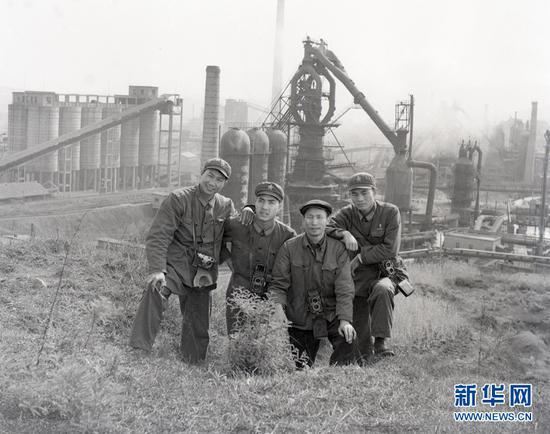 1972年,杨长福(右2)在昆钢创作。受访者供图