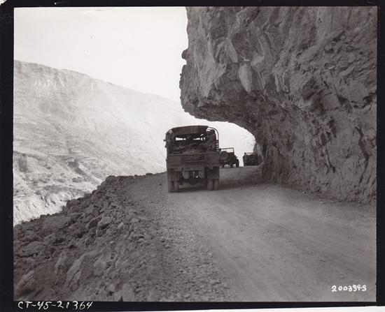车队通过滇缅公路老虎嘴路段 美军164照相连拍摄 饶斌提供
