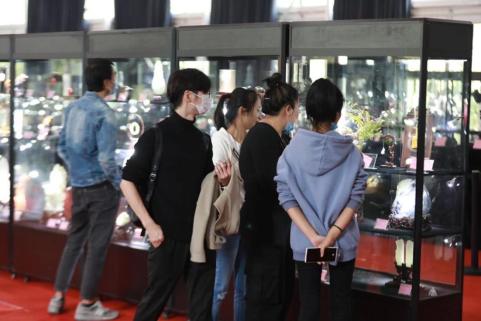 (第十四届中国神工奖艺术作品大展吸引众多上海市民参观)