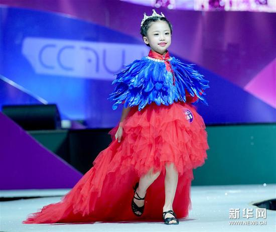 8月4日,一位参赛小选手在比赛中。新华社记者陈建力摄