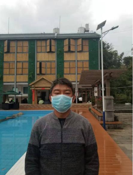 烫习村党总支书记蒋定杰在印象芒果酒店进行防疫检查