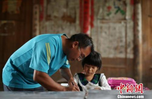 一名老师正在辅导孩子课程 黄晓海 摄