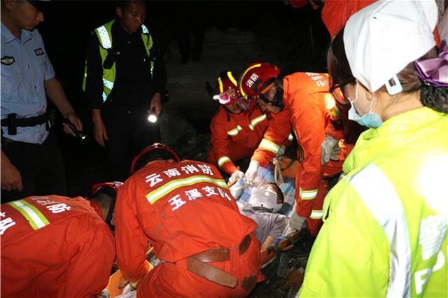 元磨高速一货车冲下悬崖致2死1伤,元江县公安消防大队紧急救