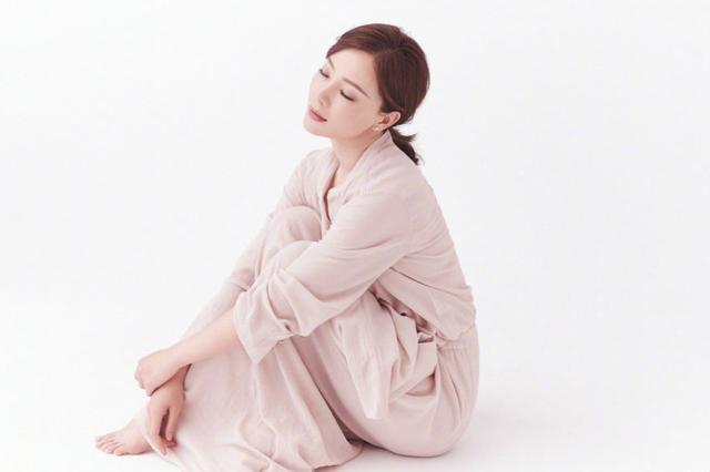 陈数杂志大片显高级质感 诠释成熟女性自律美