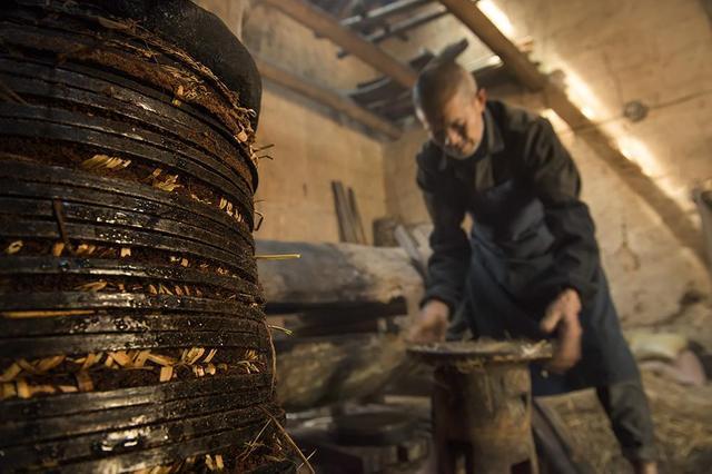 视频:云南腾冲百年古树有商机 古法榨油产业旺