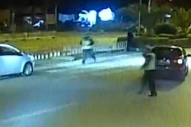 视频:昆明东川一司机酒驾疯狂冲卡 两名交警瞬间被撞飞