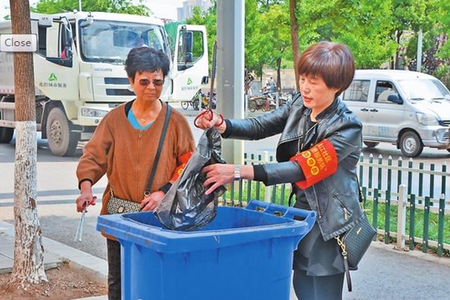 """昆明西山区""""十彩""""志愿者服务队助力创文"""