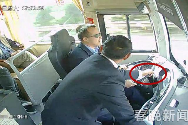 视频:乘客昆曲高速下车遭拒 强拉司机方向盘