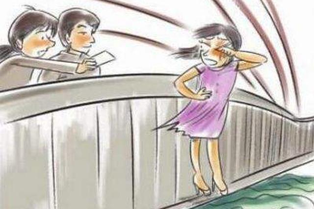视频:云南丽江一女子吵架轻生 民警及时救回