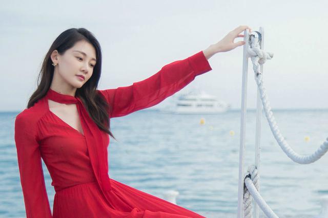 苗苗戛纳海边拍红裙写真 随风起舞文艺十足