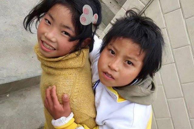 云南文山女孩背哥哥上学 每天至少走3公里