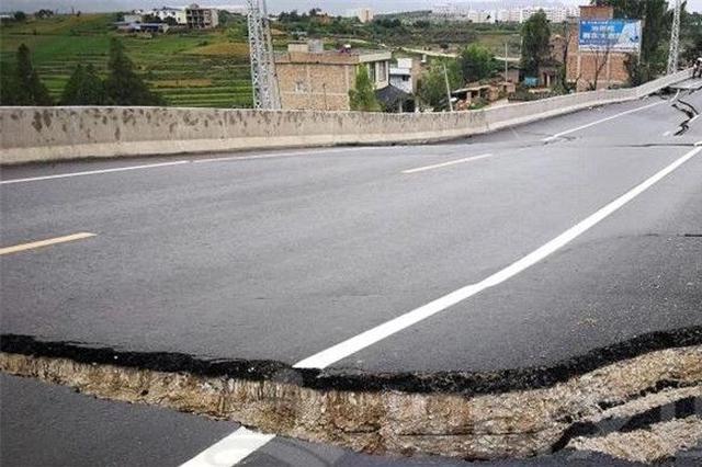 云南文山境内新建大桥坍塌 致使百米公路断裂