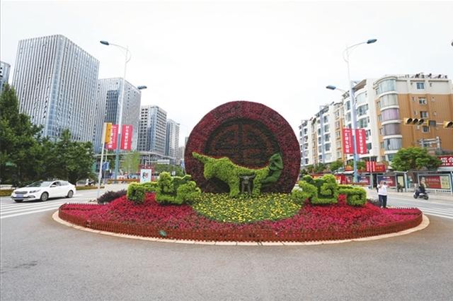 花卉版牛虎铜案展示滇文化