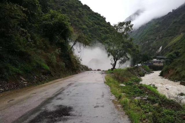 强降雨致云南省道232线怒江泸水段交通中断