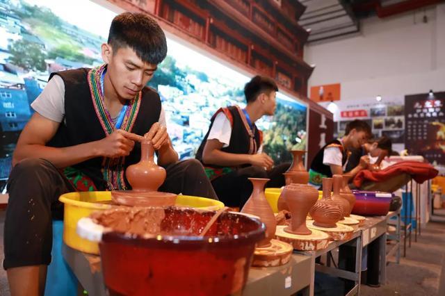 建水紫陶设64个展位亮相南博会 展示非遗技艺