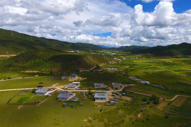 视频丨航拍云南香格里拉小中甸 祥和的高原牧场