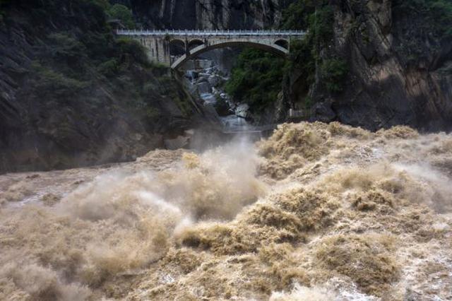 视频丨惊涛拍岸蔚为壮观 虎跳峡迎来壮美观景季
