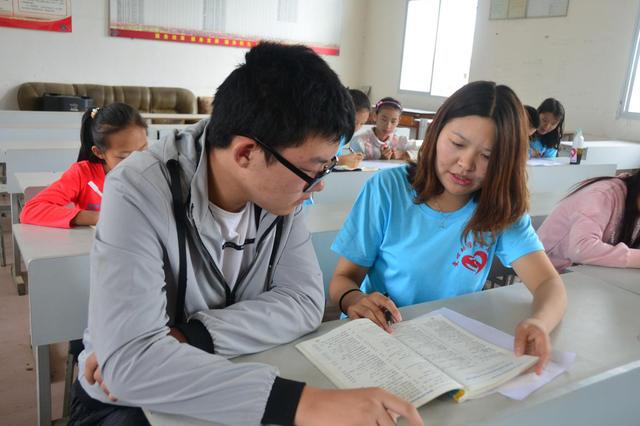 云南石林板桥街道大学生志愿者为贫困学生补习功课激励斗志