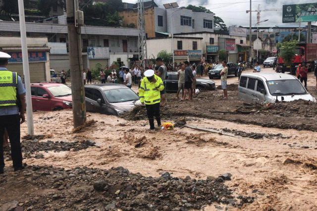 视频|怒江泸水泥石流凌晨冲入集镇 多路段交通中断