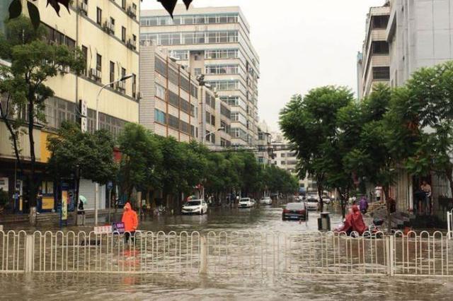 视频|连降大雨 昆明主城区多条道路淹水断交