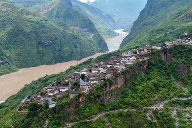 组图丨云南丽江有个神奇村庄 百余户人住在独立巨石上