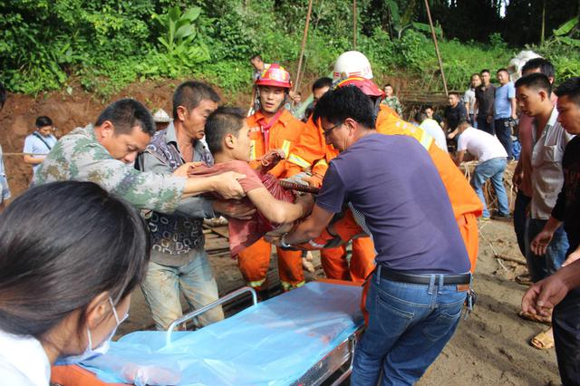 云南保山一工人施工不慎坠井 身体被钢筋刺穿