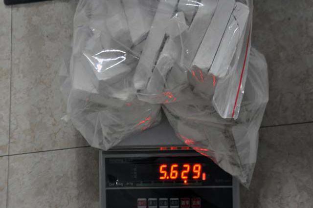 毒贩背海洛因招摇过市 警方将其拿下缴毒11.9公斤