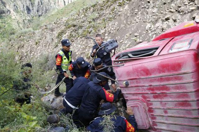 货车掉下80米高悬崖悬在半空 车上人员奇迹获救