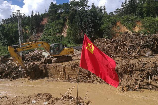 云南麻栗坡泥石流致家人遇难 15岁少年一夜成孤儿
