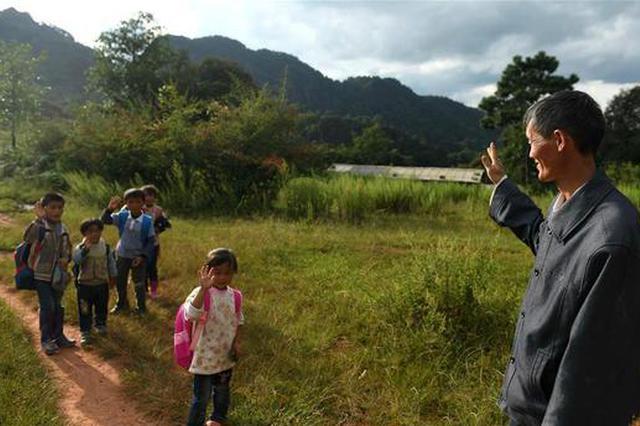 """""""一个和八个"""" 记录坚守云南大山深处38年的山村教师"""