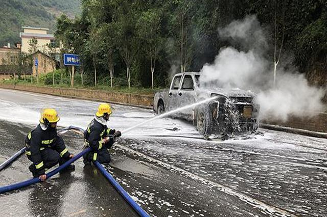 云南文山一辆装油漆皮卡车起火 消防灭火仅用十分钟
