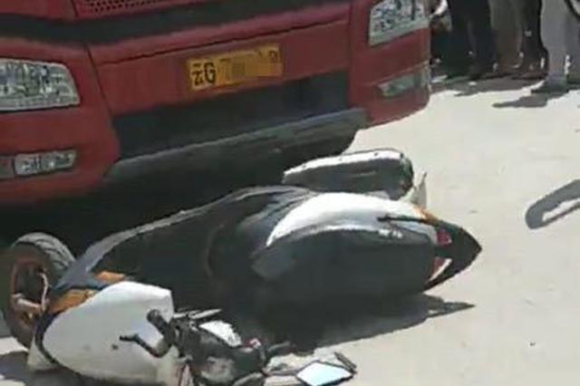视频|云南富宁:摩托与大货相撞 多人被卷车底