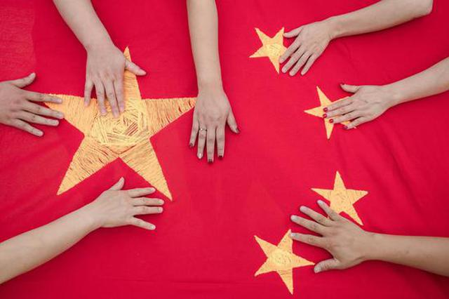 手绣国旗 建筑工人用这样的方式表达爱国热情