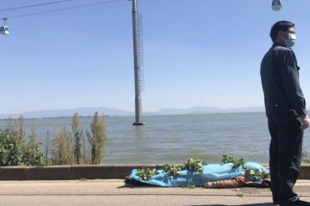 视频|一名女乘客从索道缆车莫名掉入滇池 生死不明
