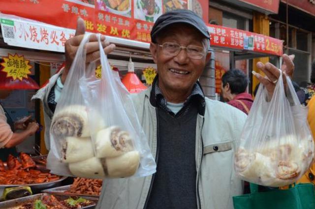吃糕、赏菊过重阳 这家糕点店一天卖出七八千块重阳糕
