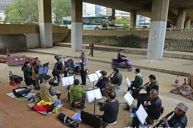 最大的95岁 昆明立交桥下的这支快乐管乐队让人惊叹