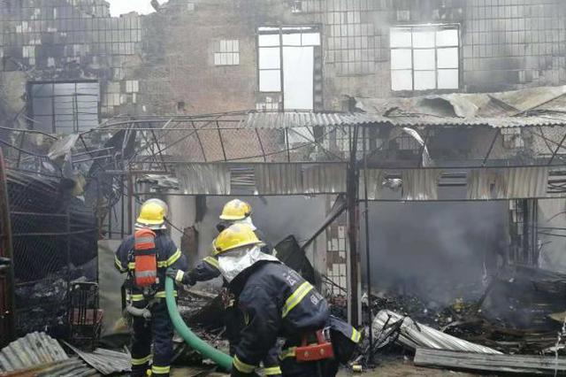 浓烟滚滚!保山一商场仓库突发大火 28间房屋被烧
